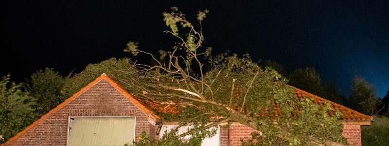 Heftiger Sturm in Ostfriesland - Foto: Mohssen Assanimoghaddam/dpa