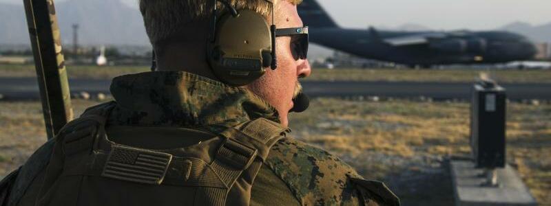 Flugsicherung am Flughafen Kabul - Foto: Cpl. Davis Harris/U.S. Marine Corps via AP/dpa