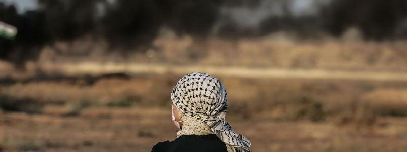 Demonstrant - Foto: Mohammed Talatene/dpa