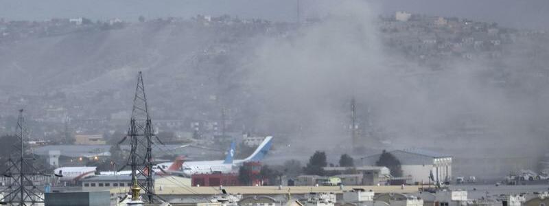 Explosion in Kabul - Foto: Rauch steigt von einer Explosion au?erhalb des Flughafens in Kabul auf. Die Explosion ereignete sich au?erhalb des Flughafens, wo Tausende Menschen nach der Macht?bernahme der militant-islamistischen Taliban auf der Evakuierung aus Afghanistan zusammengek