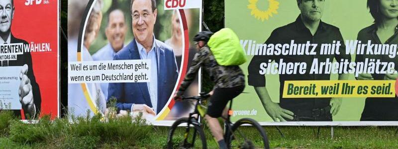 Wahlplakate in Frankfurt am Main - Foto: Arne Dedert/dpa