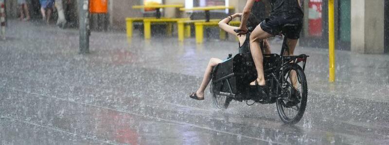 Regen in Berlin - Foto: J?rg Carstensen/dpa