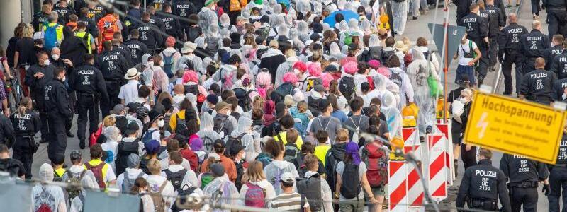Demonstrationszug - Foto: Peter Kneffel/dpa