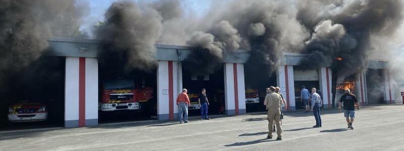 Feuerwehrhalle in Flammen - Foto: Edgar Schmidt/Feuerwehr Olsberg/dpa
