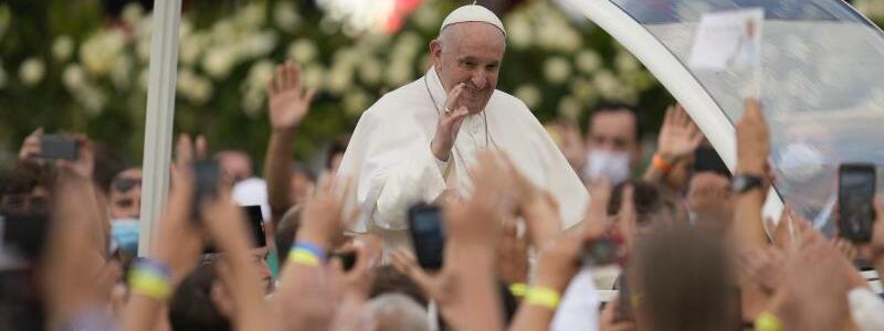 Papst in der Slowakei - Foto: Darko Vojinovic/AP/dpa