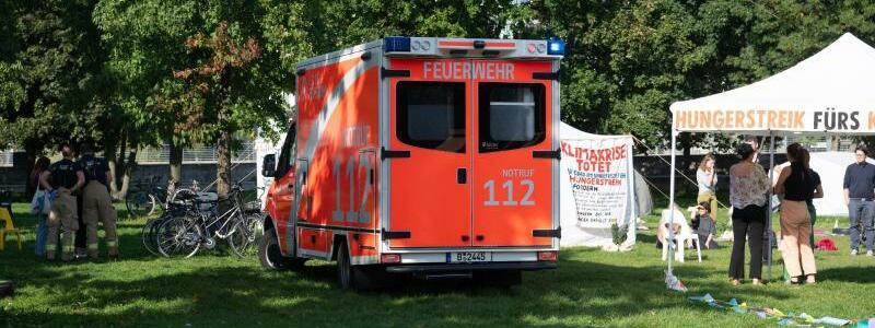 Krankenwagen beim Klima-Hungerstreik - Foto: Paul Zinken/dpa