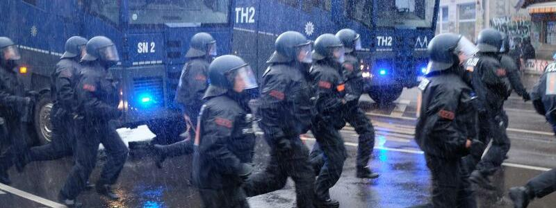 Gro?aufgebot der Polizei - Foto: Sebastian Willnow/dpa-Zentralbild/dpa