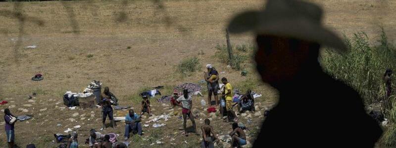 Migranten an der Grenze zwischen Mexiko und USA - Foto: Fernando Llano/AP/dpa