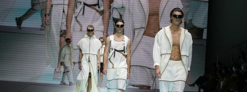 Fashion Week in Mailand - Armani - Foto: Luca Bruno/AP/dpa