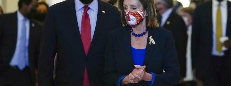 Joe Biden und Nancy Pelosi - Foto: Joe Biden mit der Sprecherin des Repr?sentantenhauses, Nancy Pelosi, im?Kapitol. Im Ringen mit den Demokraten um seine geplanten gro?en Investitionspakete hat der US-Pr?sident die ?ffentlichkeit auf eine m?glicherweise l?ngere H?ngepartie eingestimmt. Fot