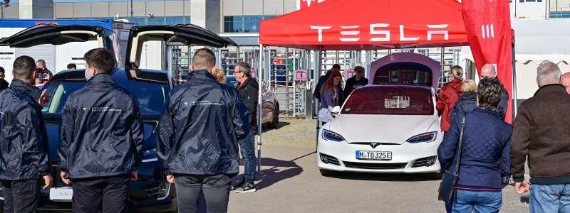 Tag der offenen T?r in der Tesla Gigafactory - Foto: Patrick Pleul/dpa-Zentralbild/dpa