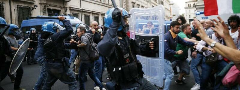 Polizeieinsatz - Foto: Cecilia Fabiano/LaPresse/AP/dpa