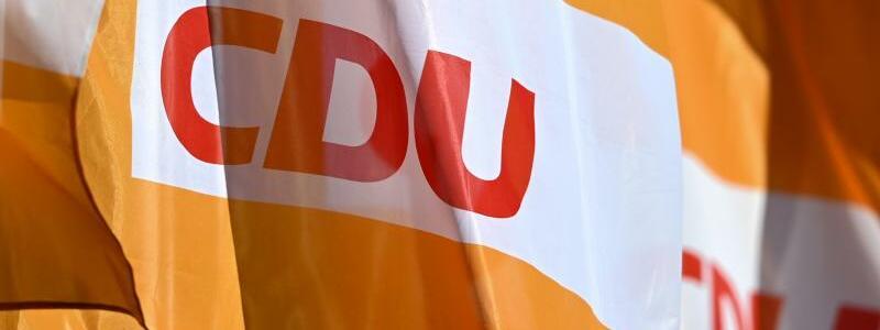 CDU-Flaggen - Foto: Hendrik Schmidt/dpa-Zentralbild/dpa