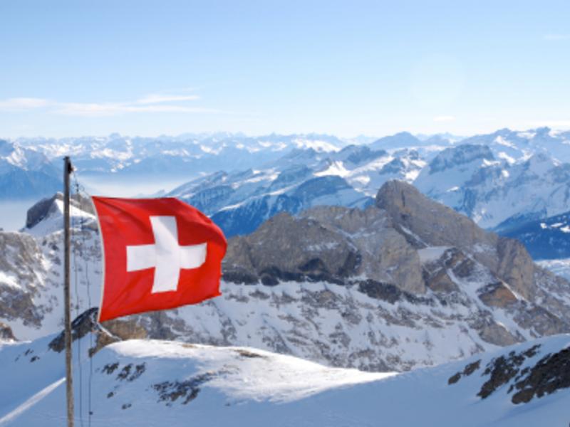 Flagge der Schweiz - Foto: iStockphoto.com / assalve