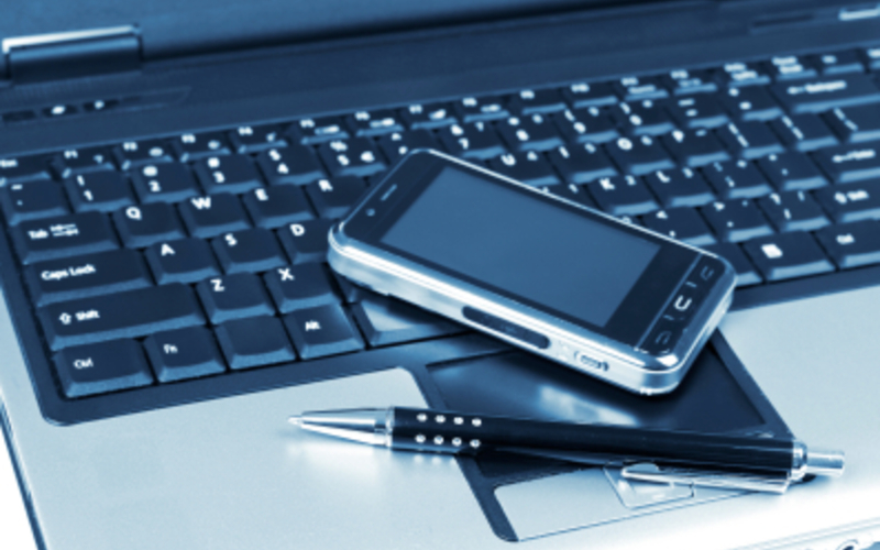 Handy und Laptop - Foto: iStockphoto.com / flyfloor